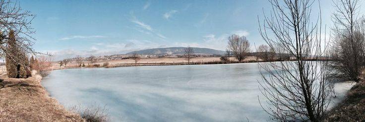 Möllmann Eszter Jégvidék A Hétkúti Ribizlis tó csodás kilátással bír a Vértesre. Ezen a délutánon február 4-én 15 fok volt, hétágra sütött a nap, és a tavon a jégpáncél mégsem mozdult. Még csúszkáltam is. Hihetetlen élmény volt. Több kép Esztertől: https://www.instagram.com/mollmanneszti/