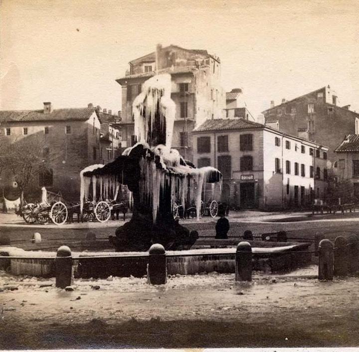Foto storiche di Roma - Piazza Barberini con la fontana del Tritone ghiacciata