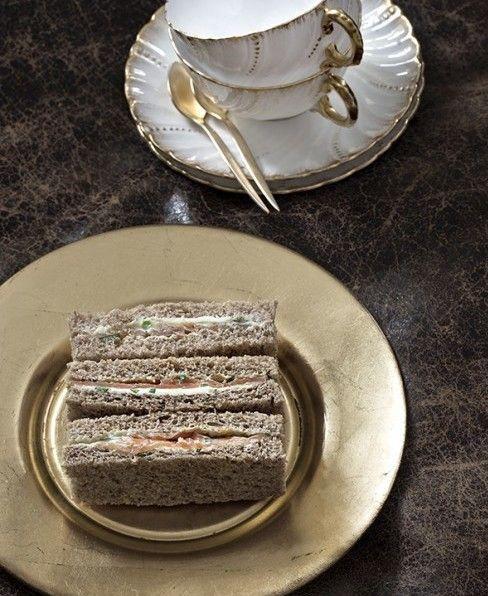 Il vero thé delle cinque non può prescindere dall'offrire i classici sandwiches all'inglese: morbidi e cremosi, fatti con pane non tostato e rigorosamente senza crosta.