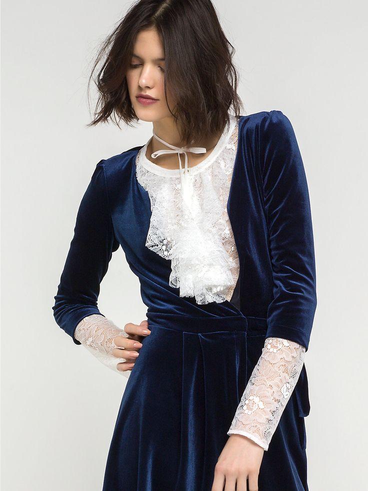 Camicia maniche lunghe in pizzo e abito di velluto blu