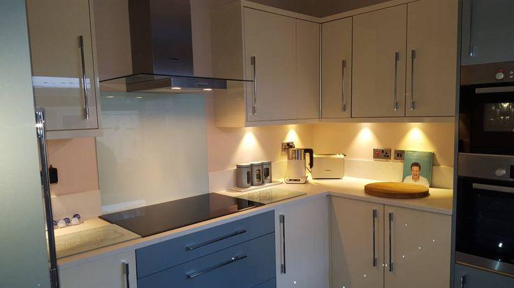 Recorrida en fotos de una cocina pequeña y ultra moderna