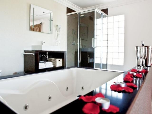 Villa con 6 dormitorios, con capacidad para 12 personas, en #Ibiza... y el #jacuzzi que no falte.