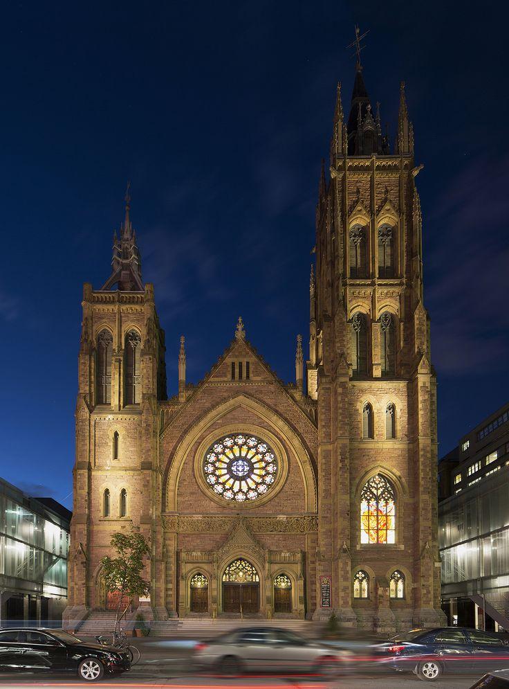 Mise en lumière de l'église unie Saint-James par CS Design avec la participation de UDO Design. Crédit photo: Lumenpulse