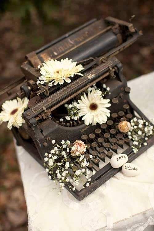 Maquina de escribir antigüa y oxidada Underwood 1930 con flores.