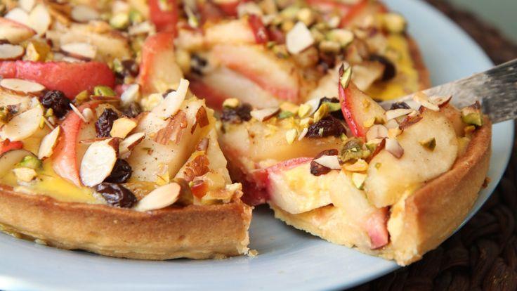 Lise Finckenhagens epleterte har både epler, nøtter og vaniljefyll – eggestand av crème fraîche, egg og sukker.