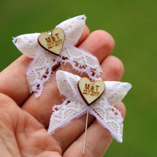 Svatební mašlička s iniciály v dřevěném srdíčku