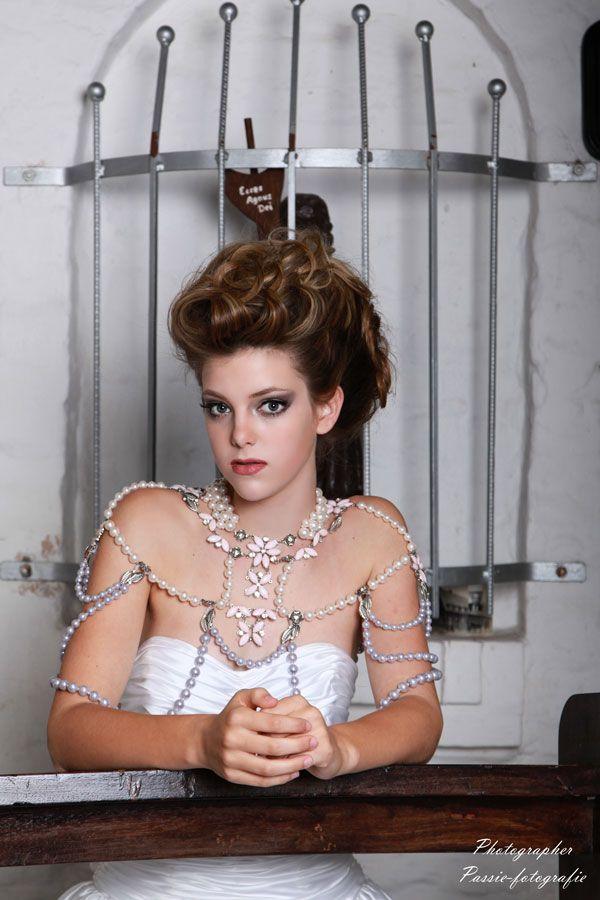 Bruid haarstyling en Bruid make-up by Trendy Haar uit Venlo, Haarstyliste, Kapper, Make-up voor de bruid. Complete arrangementen voor de bruid. Photographer: Pascal Kneepkens Model: Floor Jacobs
