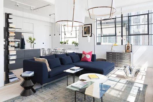 Situé dans une ancienne usine près d'Edgware Rd, à Londres, ce loft coloré a été soigneusement conçu par Cloud Studios . Brillant et artistique, l'appartement donne de bonnes vibrations à chaque étape.