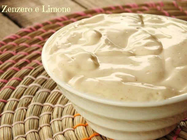 Una delicata maionese senza uova! Perfetta per chi è intollerante, ma soprattutto furbissima per la semplicità della sua preparazione.
