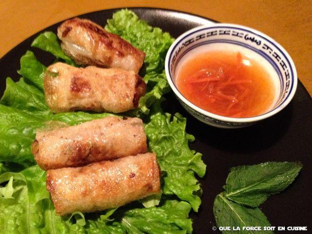 D'origine vietnamienne, ce petit paté impérial accompagne souvent nos repas asiatiques. On aime les manger avec du Riz cantonais. Pour les nems au poulet, il faudra juste mettre du poulet à la place du porc. Pour les nems aux crevettes, il faudra mélanger de la chair de crabe à celle de crevettes hachées et ajouter une grosse crevette entière quand on roule. Pour des nems végétariens, il suffit de mettre plus de légumes et ceux qu'on aime (crus râpés).  Recette pour une vingtaine de nems.