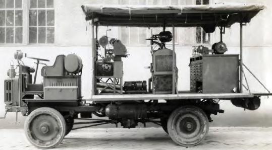 El camión de reparación de artillería era totalmente autónomo, un taller móvil que llevaba una amplia gama de equipamiento necesario para practicar grandes reparaciones, incluyendo un torno de tamaño medio (9 pulgadas), un taladro, una amoladora, un compresor, un soplete de acetileno, una remachadora neumática, una pequeña fragua y un conjunto completo de herramientas de mano.