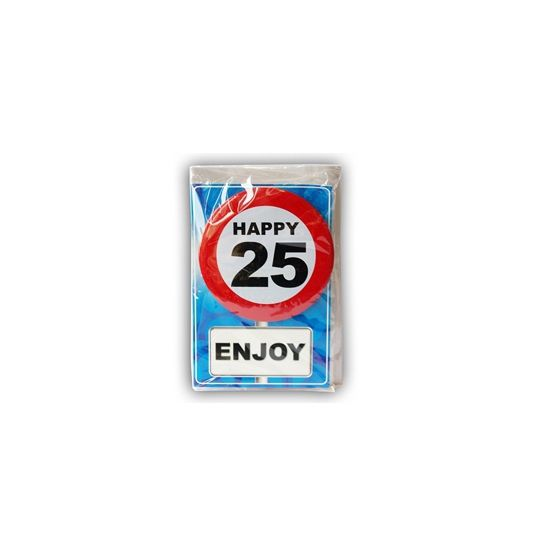 Happy Birthday kaart met button 25 jaar. Leuke verjaardagskaart voor een 25e verjaardag. Met stopbord button die de jarige zelf kan dragen.