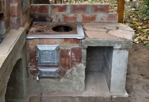 Step by step project about building an outdoor cooking stove, by using bricks and refractory mortar.