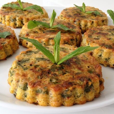 Tart kalıplarında fırında pişen kabak mücver KABAK MÜCVER ( fırında) Malzemeler 2 adet yumurta 3 adet küçük boy kabak 1 adet havuç (arzuya göre) 4 yemek kaşığı un 50 gram rendelenmiş kaşar peyniri 3 adet taze soğan 1/2 demet taze nane 1/2 demet maydanoz 1/2 demet dereotu 1/2 tatlı kaşığı tuz 1/2 kırmızı pulbiber 1 çay kaşığı karabiber 3 yk sıvı yağ Yapılışı Kabakları, alacalı bir şekilde soyun ve rendenin iri kısmıyla rendeleyin. Kabuğunu soyduğunuz havucu, aynı şekilde rendenin iri kısmıy