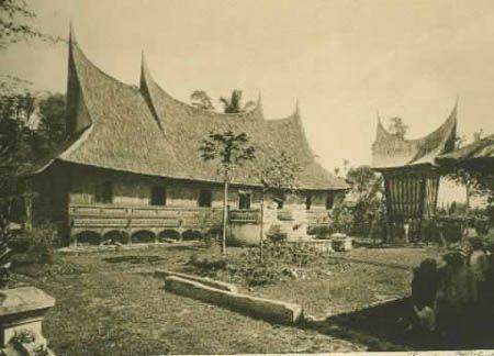 Berkas:Rumah gadang 1910.jpg