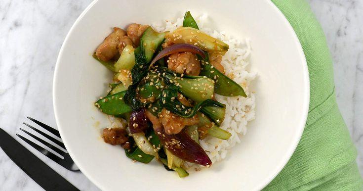 Kyckling och pak choi fräst med hoisinsås, sesam, ingefära och gochjang. Smakrikt, snabbt och gott!