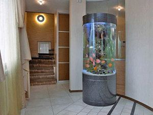 Home staging tips for room with aquarium awesome fish for Design aquarium rund