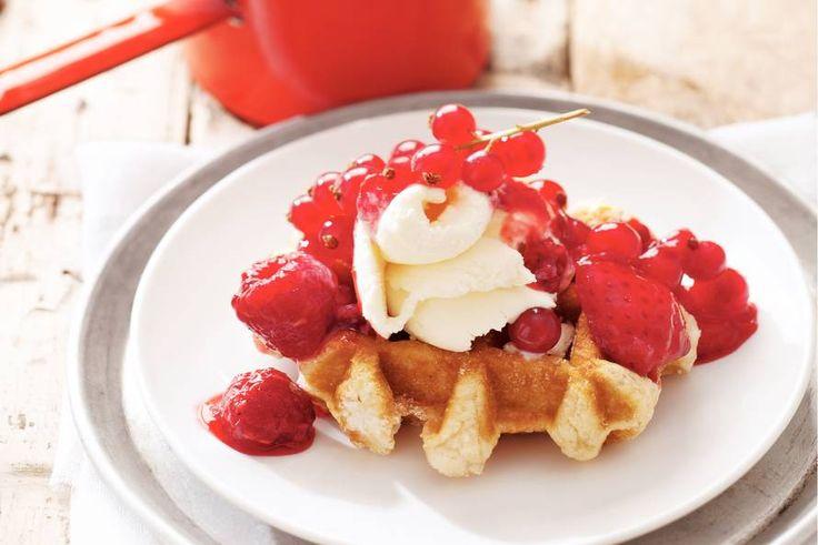 Een warm ontbijtje op bed met deze heerlijke wafel met rood fruit - Recept - Allerhande