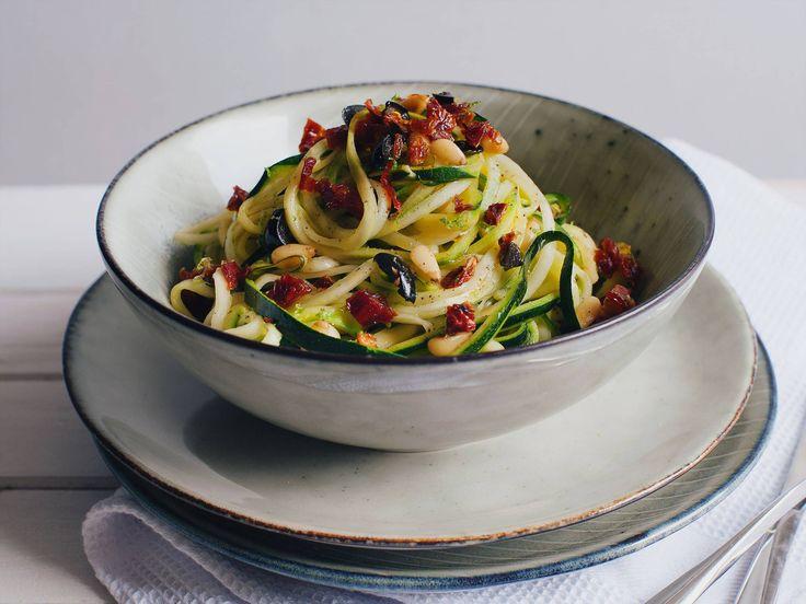 Mediterranean zucchini spaghetti with lemon sauce - Recipes - Kitchen Stories