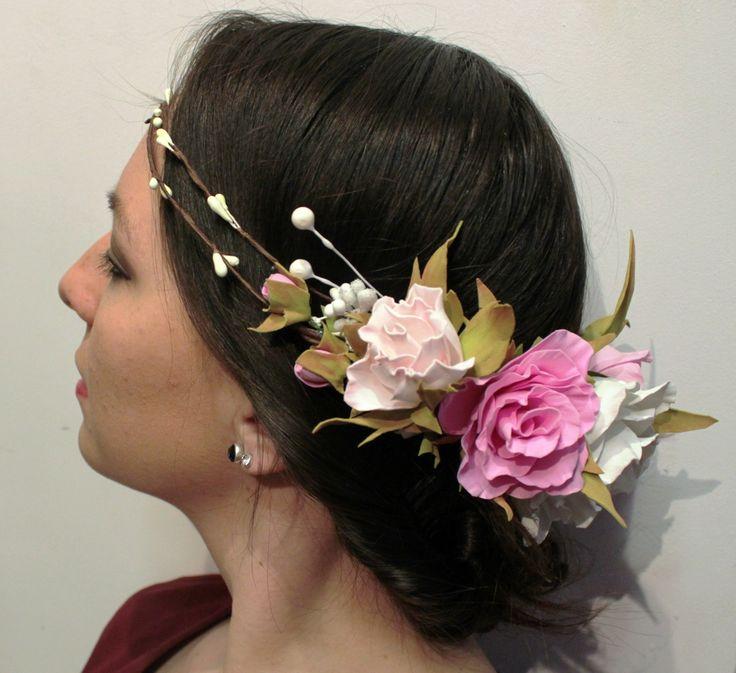 Венок из фоамирана в весенней гамме цветов. Каждый лепесток сделан отдельно вручную и собран в прекрасные бутоны. Может служить прекрасным украшением как для маленькой девочки, так и для романтической девушки. Станет замечательным дополнением к этническому или свадебному наряду. Изделие продается. A lovely wreath of flowers on her head. The product is sold. #weddingDiadem #wreathofflowers #ручнаяработа #Handmade #Weddingaccessories #ФОМ #веноксцветами #foamiranflower…