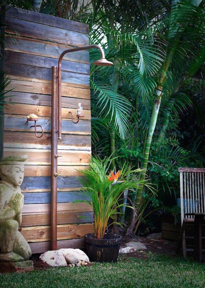 Rasen Im Garten Mit Vielen Palmen Grunen Blattern Eine Gartendusche Holz Selber Bauen