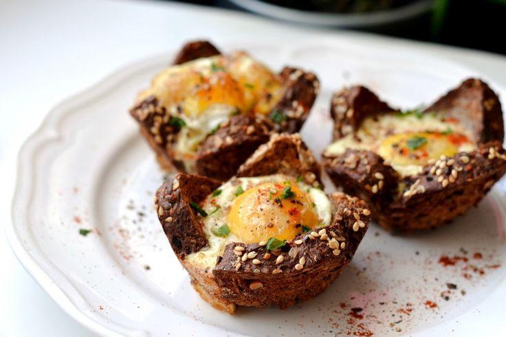 Запеченные яйца в хлебных корзинках