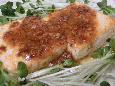 粒マスタードのレモンバターソースがうまぁ♪ スパイシー豆腐ステーキ | 花ぴーのあてレシピ