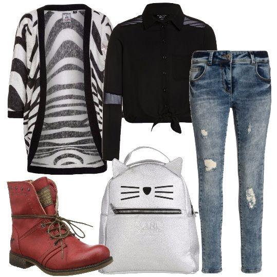 Jeans skinny in denim blu, camicetta a maniche lunghe con inserti in tulle annodata in vita, cardigan con motivo animalier, stivaletti rossi stringati, zainetto griffato con cerniera.