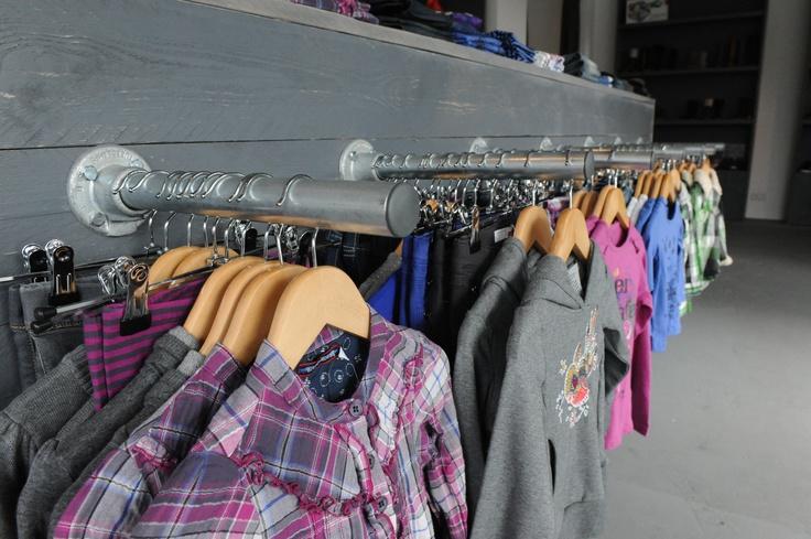 steigerhout rvs kleding opbergen. leuk voor inloop kast als kapstok of winkel interieur.