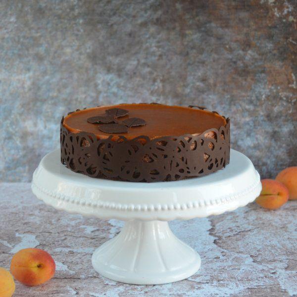 Sósmogyorós karamell-csoki mousse torta sárgabarackkal és csokicsipkével