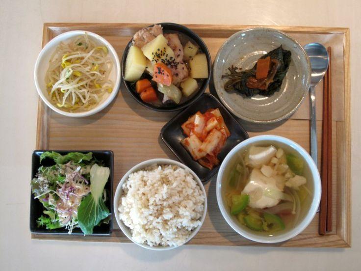 2011년 10월 18일 화요일 그때그때밥상입니다. 아삭한 콩나물무침 + 짭짤한 찜닭 + 잘 익은 깻잎찜에 신선한 샐러드 + 잘익은 김치 + 맑은 호박순두부국에 건강한 현미밥입니다.