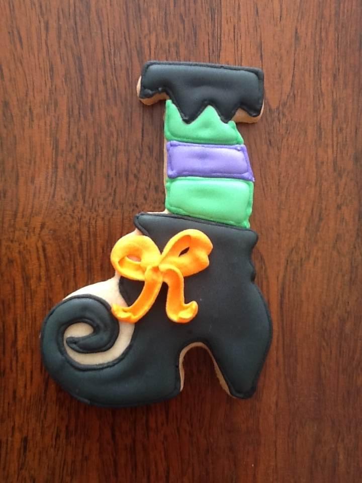 Pata de bruja; galleta de mantequilla decorada con royal icing