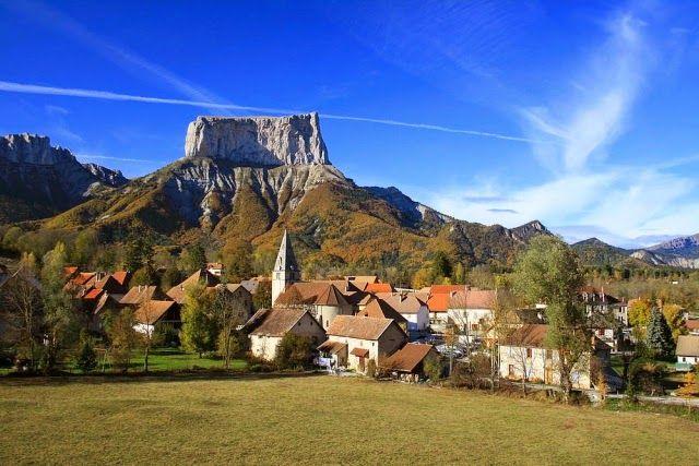 Chichilianne, Fransa: Chichilianne, Fransa Alplerinde 200'ün biraz üzerinde insanın yaşadığı şirin bir kasabadır.