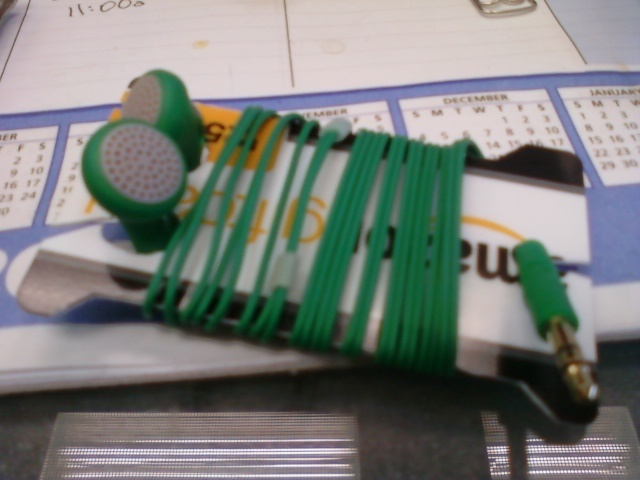 how to turn old credit cards into earbud holders