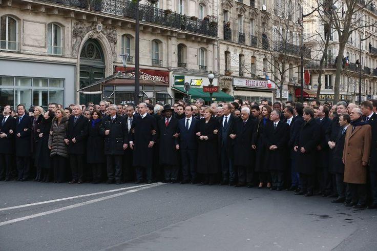 12.01.2015 23:17 Dutzende Staats- und Regierungschefs sollen den Trauermarsch in Paris angeführt haben. Aber stimmt das wirklich? Nun sind Fotos aufgetaucht, die eine ganz andere Geschichte erzählen.