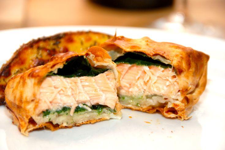 Opskrift på indbagt laks, der pakkes ind i filodej. Laksen lægges med frisk spinat, og pakkerne steges helt sprøde i ovnen i 15 minutter. Indbagt laks er virkelig lækker mad, der kan anvendes både som forret