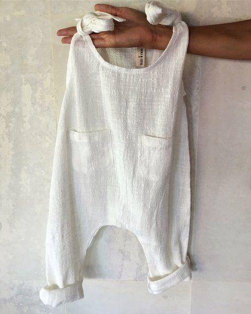 Hübscher weißer Boho Babyspielanzug aus weicher Baumwolle oder Leinen – #aus