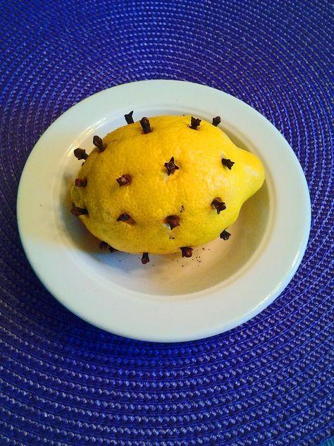 Limón con clavos a repeler moscas y Mosquitos! Disfruta de tu verano sin vivir con moscas, mosquitos y moscas de la fruta pequeña. Es tan simple!