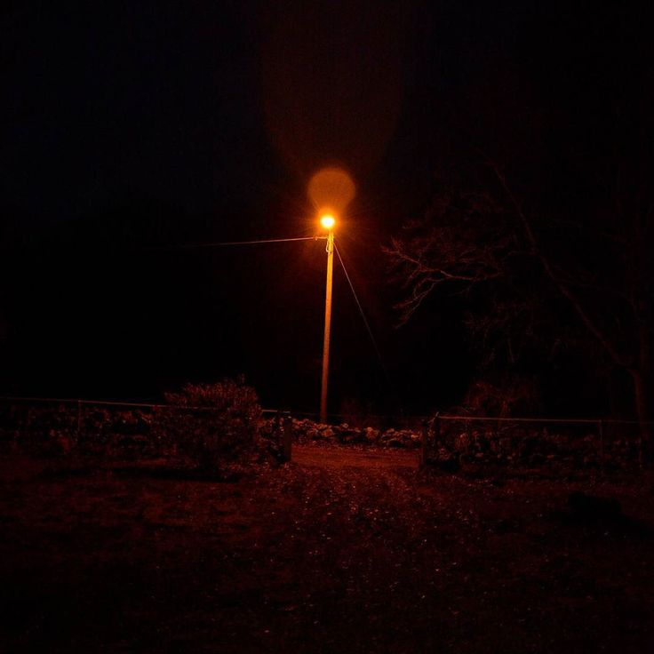 Her er da lys på 'vejen'.... det er bare sort udenfor.  #sort #vållø #night #roadlight #outside