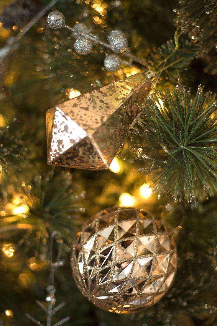 Nuestra colección navideña GLITZ se distingue por sus figuras con acabados texturizados en tonos dorado y plateado, para una Navidad elegante llena de luz. Haz clic y conoce la colección completa. #Navidad #Tendencias #Decoracion #Dorado