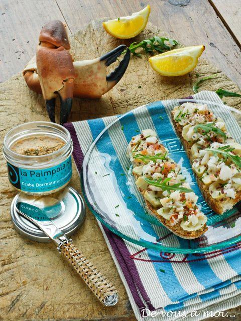 """Tartine au crabe, artichaut et herbes  Pour 4 personnes : 1 bocal de rillettes au crabe dormeur """"La Paimpolaise"""" 4 tartines de pain de campagne 2 pinces de tourteau cuites 4 fonds d'artichauts cuits Une pincée d'algues déshydratées Quelques herbes fraiches Une poignée de roquette Huile d'olive Fleur de sel Citron"""
