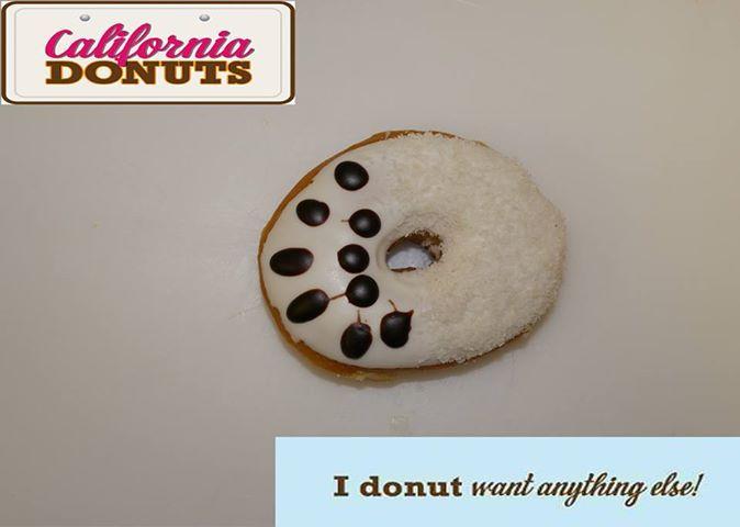 """Σας αρέσει η καρύδα;Τότε το""""Crazy Coconut Donut"""" είναι το αγαπημένο σου. Έχει επικάλυψη από λευκό γλάσο, νιφάδες καρύδας και σοκολάτας. Παιχνιδιάρικο, χαρούμενο, λαχταριστό σε ταξιδεύει σε μια όαση απόλαυσης κάπου στην California.Με μια λέξη «Crazy»!"""
