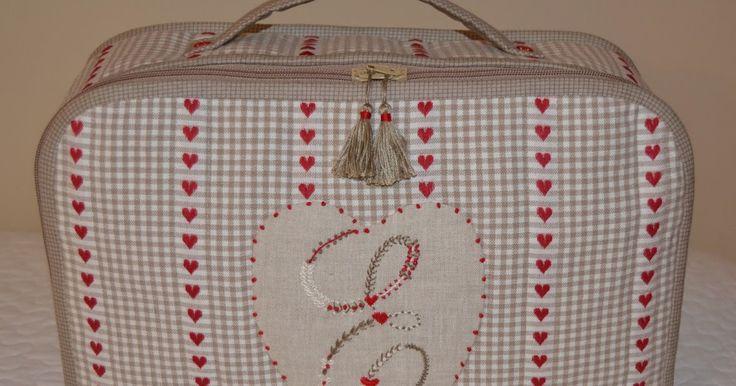 Desde que vi esta tela supe que iba a hacer con ella: una maleta para llevar todo lo necesario a la clase de bordados y por fin hoy l...