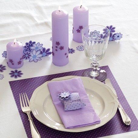Pigerne kan godt lide rosa og lilla farver til deres bordpynt til konfirmation
