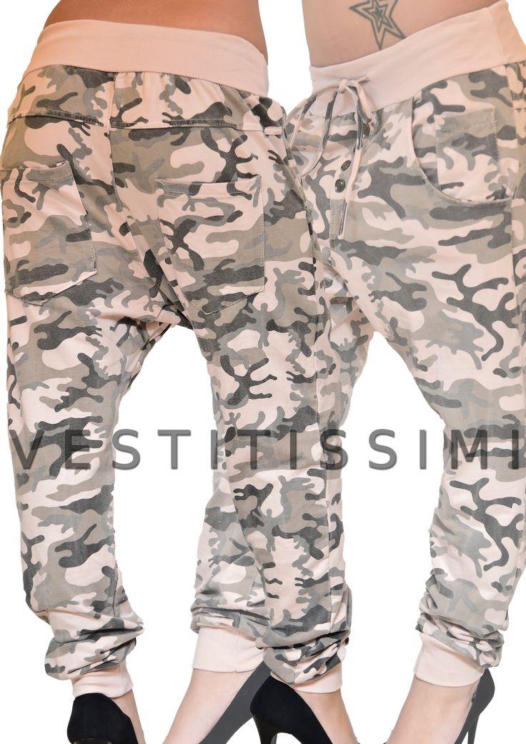 Pantalone sportivo mimetico colore rosa cavallo basso. Pantaloni donna con fantasia mimetico militare, chiusura con bottoni, tasche e fascia elastica in vita