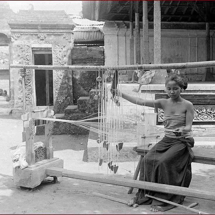 Ubud weaver from 1908 from @sejarahbali  Seorang gadis sedang menenun di Puri Ubud thn 1908.  Disamping memiliki keindahan panorama yg eksotis Pulau Bali juga terkenal akan hasil kerajinannya yg sebagian besar telah merambah pasar internasional.  Salah satu kerajinan khas Bali yg terkenal adalah kain tenun ikat dimana Bali memiliki beberapa jenis kain tenun yg sudah sangat terkenal diantaranya: Tenun Gringsing Kain Songket Endek Kain Cepuk dan lain sebagainya.  Diperkirakan oleh para ahli…