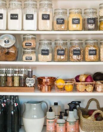 Dans la version Lagom, ou l'art de vivre à la suédoise, on reduit les emballages et l'on stocke tous ses produits dans des bocaux transparents. #lagom #recyclage #suede #suedois #etagere #artdevivre #lifestyle #bocal #emballage #cuisine #rangement