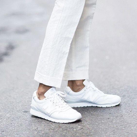 Mit unseren Tipps bekommt ihr weiße Sneaker wieder strahlend sauber