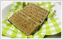 Maak je eigen crackers van amandelpulp. Alles maal 2, 1 ei even geklutst, zonnebloempitten en pompoenpitten erbij.