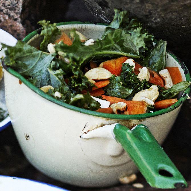 Porkkana-lehtikaalisalaatti | Helpon salaatin juju on mausteisessa kastikkeessa ja tuoreessa korianterissa.